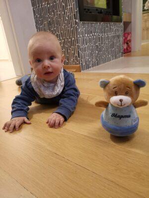 Кога бебето започва да играе с играчки